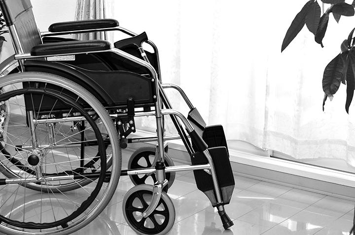 写真:医療現場での腰をかがめた作業の様子