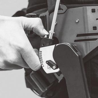 写真:スマートジョイントの操作部でサポート角度を調整する様子