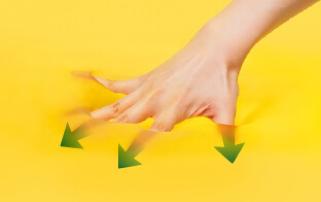 写真:エクスジェルに手を押し込む様子。高い弾力性がある